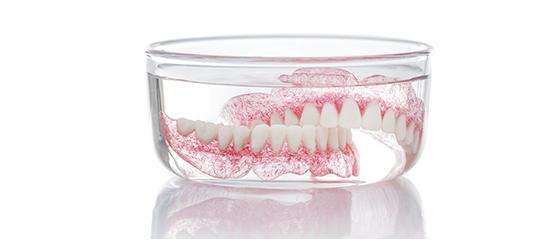 Gigi tanam dapat mengurangi ketidaknyamanan akibat pemakaian gigi palsu.  Anda tidak perlu menutup mulut ketika tertawa karena takut gigi palsu anda  lepas. f032c3787c
